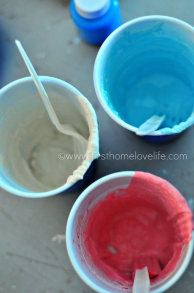 Who knew making your own sidewalk chalk was this easy?! These little star chalks will be the perfect Fourth of July favor!