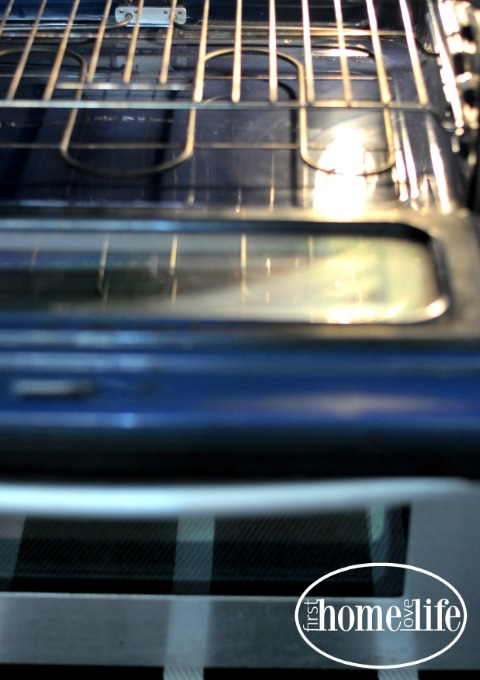 HOW TO CLEAN YOUR OVEN EASILY AND KEEP IT SPOTLESS VIA FIRSTHOMELOVELIFE.COM